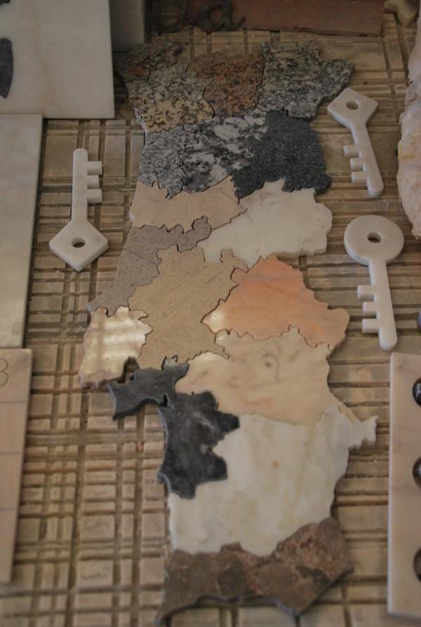 Auch von Auszubildenden gebastelt: Eine Steinmosaik in der Form Portugals mit den jeweils geografisch vorherrschenden Gesteinen an der richtigen Stelle.