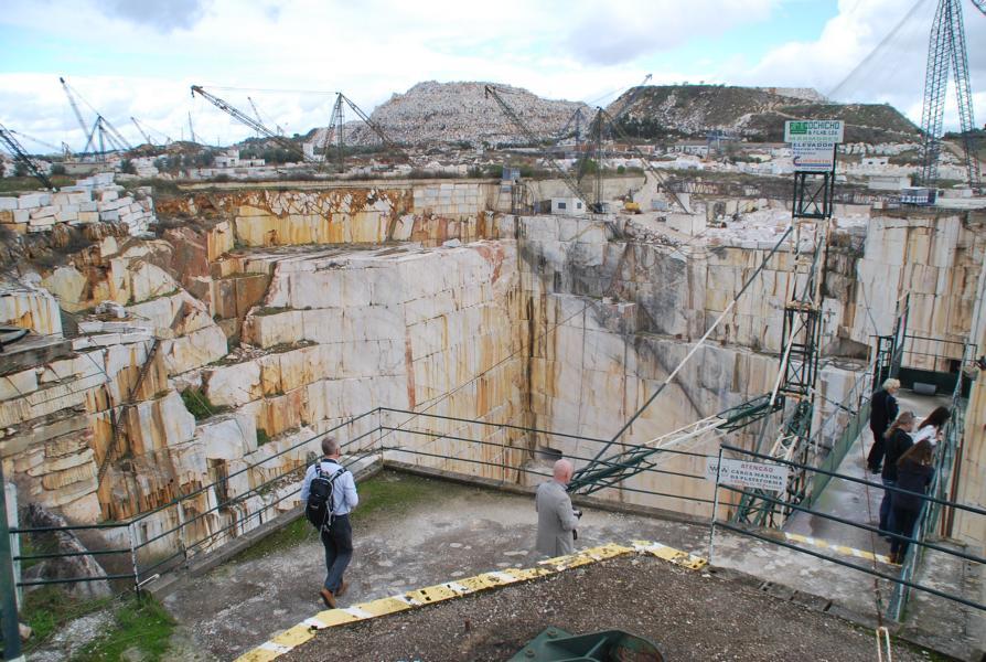 Unweit des Technologiezentrums wird überall Marmor abgebaut...